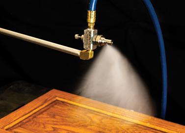 Boquilla Atomizadora Exair aplica tratamiento a pieza de madera.