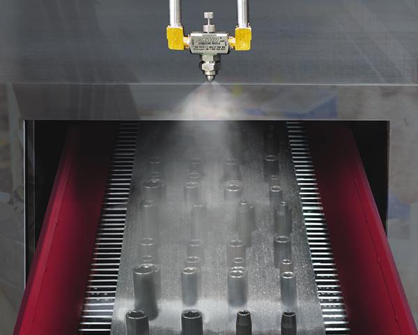 Boquilla Atomizadora Exair aplica tratamiento líquido a piezas antes de proceso.