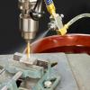 Boquilla Atomizadora Exair rocía con aceite refrigerante una operación de fresado.