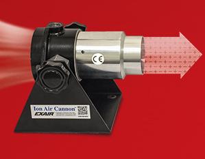 Cañón de aire ionizado Exair elimina estática y limpia partes y superficies.