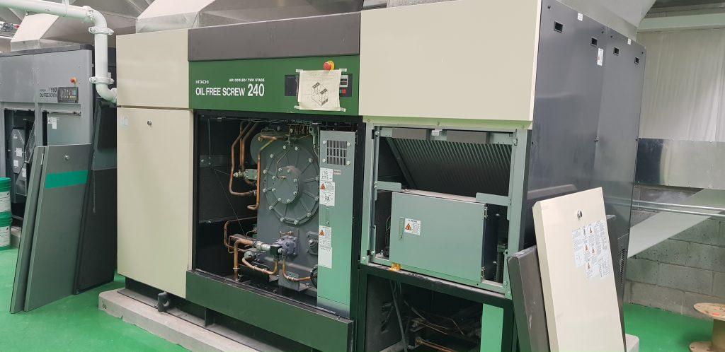 Compresor libre de aceite de tornillo de 240 kW marca Hitachi.
