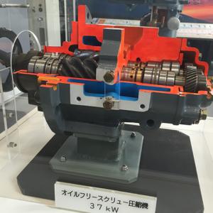 Corte transversal de la unidad del compresor Hitachi Lubricado OSP 37 kW cómo se despliega en su fábrica en Japón.