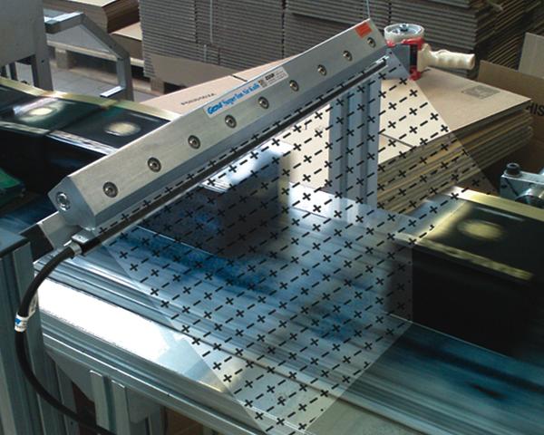 Cortina Ionizadora Exair elimina estática de cajas de botellas de licor antes de su etiquetado con jet de tinta.