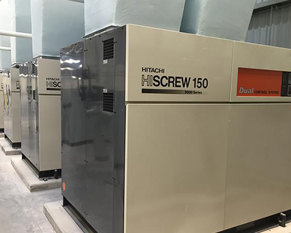 Cuatro compresores de aire lubricados de tipo tornillo Duplex Hitachi Serie OSP de 150 kW.