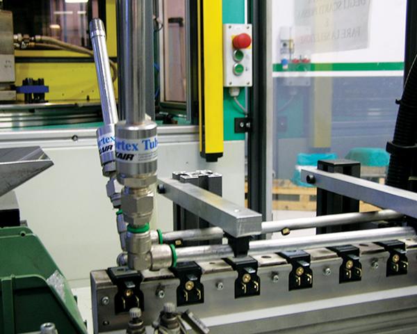 Dos tubos vortex conectados en paralelo enfrían un proceso de ensamble.