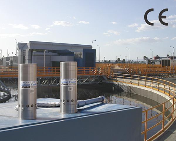 Enfriadores de Tablero Exair NEMA 4 enfrian un tablero de control que está en el exterior en una planta de tratamiento de agua.