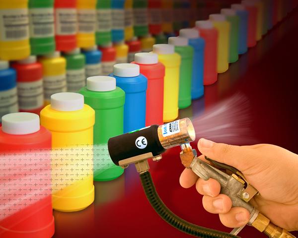 Pistola de aire Ionizado Exair es utilizada para manualmente sopletear botellas antes de etiquetado.