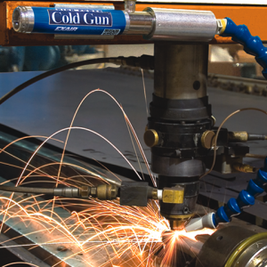 Pistola de enfriamiento para maquinado en seco Cold Gun Exair enfría una operación de corte láser.