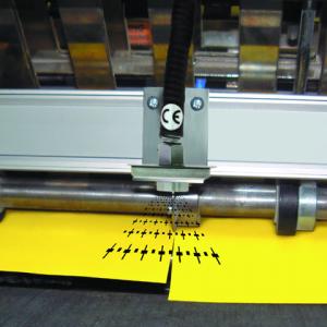 Punto Ionizador Exair elimina la estática en una operación de corte de papel.