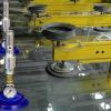 Sistema de vacio con aire comprimido EVac Exair detiene una hoja de cristal antes de tratamiento.