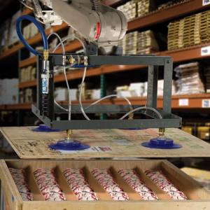 Sistema de vacío con aire comprimido EVac Exair es utilizada en un fixture de un brazo robótico que levanta una tapa.