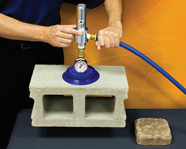 Sistema de vacío con aire comprimido EVac Exair para materiales porosos puede manipular superficies porosas de materiales como el cartón o piedra.