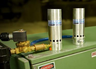 Sistema dual de enfriadores de tablero Exair con capacidad de enfriamiento de hasta 5,800 BTU por hora.