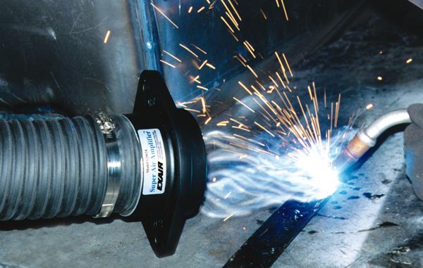 Súper amplificador de flujo de aire Exair extrae humo en proceso de soldadura.