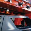 Una serie de cañones de Iones Exair limpian un ensamble automotriz antes de entrar al proceso de pintura.