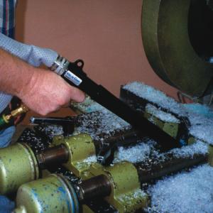 Aspiradora neumática de mano Vac-u-Gun Exair ayuda a limpiar el remanente de corte de láminas plásticas.