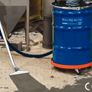 Aspiradora neumática de uso rudo para polvos Exair limpia arena de un horno de fundición.