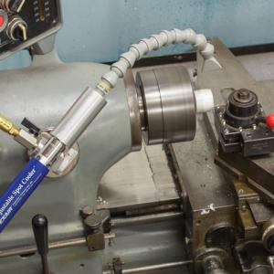Enfriador ajustable Adjustable Spot Cooler de Exair con base magnética permite fácil instalación.