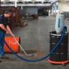 La aspiradora neumática de uso rudo para polvos Exair es fácil de transportar pues cuenta con un juego de rueditas que facilita desplazarla.
