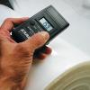 Medidor digital de estática mide cargas electroestáticas en superficies cargadas positiva o negativamente.