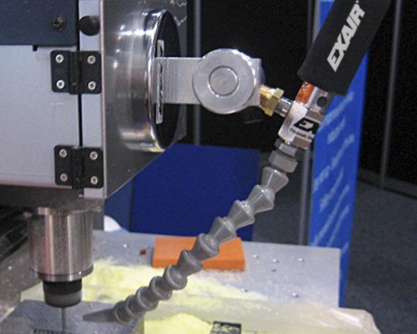 Mini sistema de enfriamiento Exair mantiene protege el herramental de una operación de fresado mantenimiento frío el punto de maquinado.